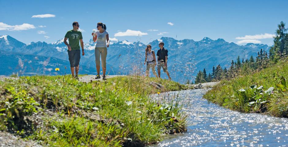 Faire de la randonnée en bordure d'une rivière - Bas-Valais