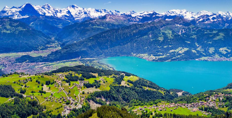 Vue sur lac de Thoune et la chaîne de montagnes (Eiger, Mönch et Jungfrau) - Région de la Jungfrau