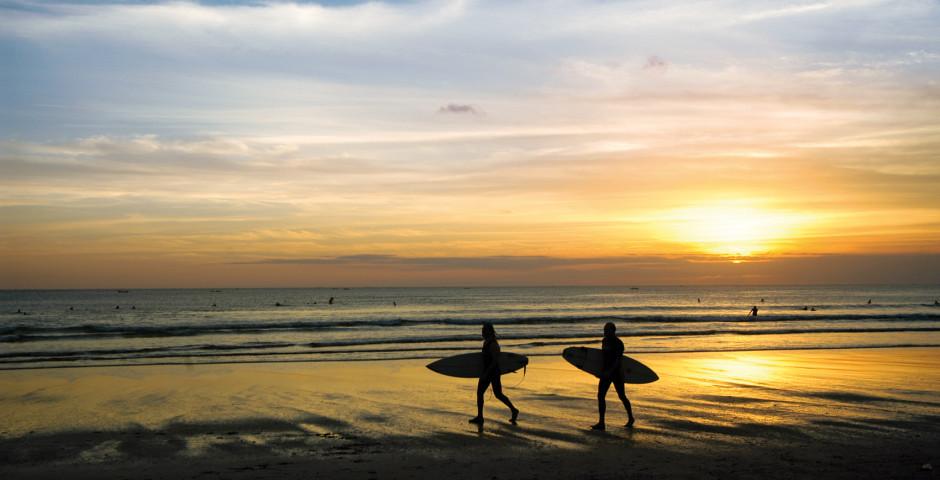 Surfer im Sonnenuntergang, Bali - Bali