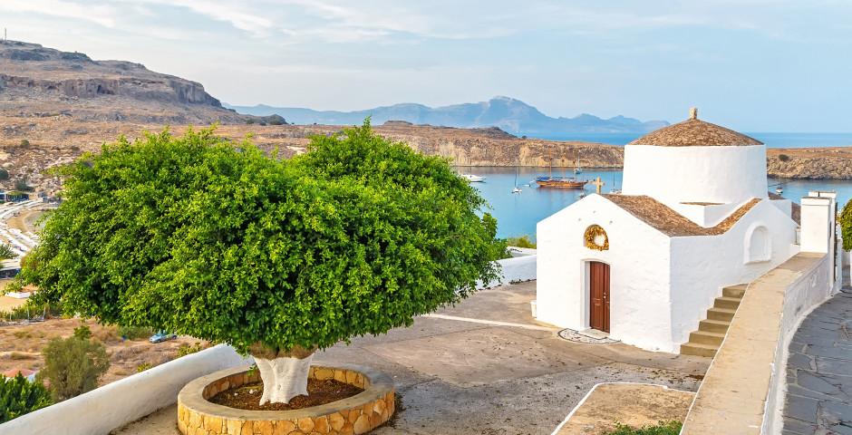 Vue sur une belle église et la mer à Lindos - Rhodes