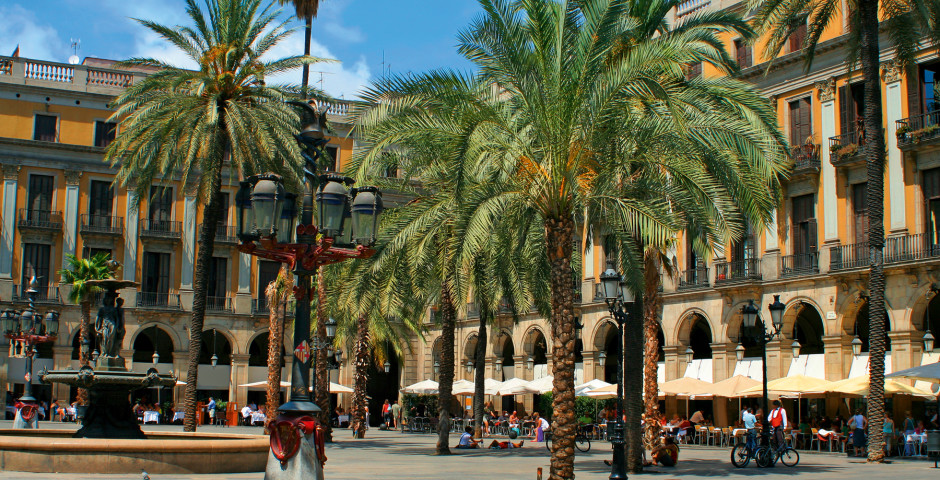 Profiter du soleil à Barcelone, Plaça Reial en été - Barcelone