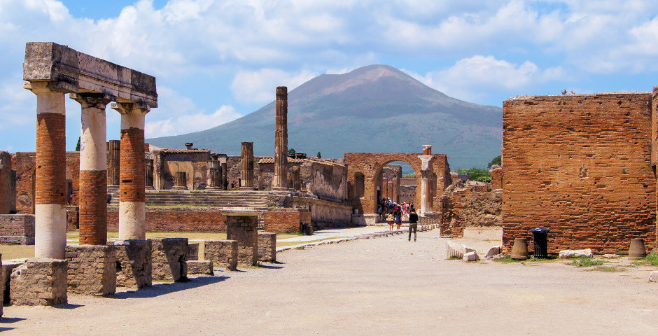 Ruinen der antiken Stadt Pompeji mit dem Vulkan Vesuv im Hintergrund - Golf von Neapel