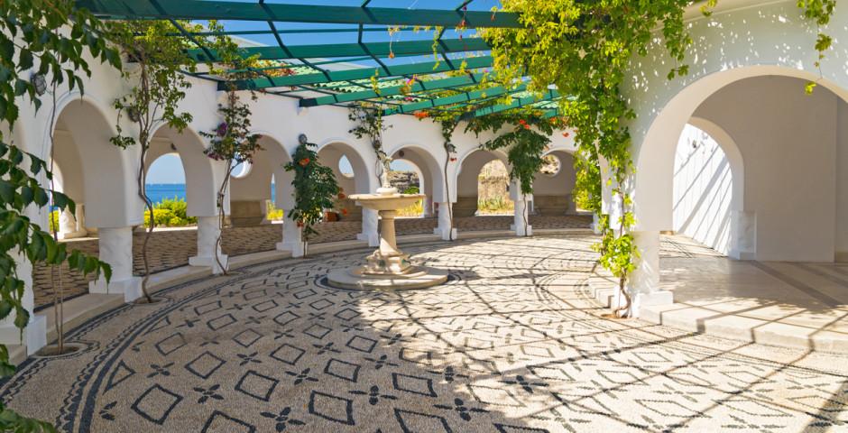 Beau bâtiment de style italien aux thermes de Kalithea - Kalithea