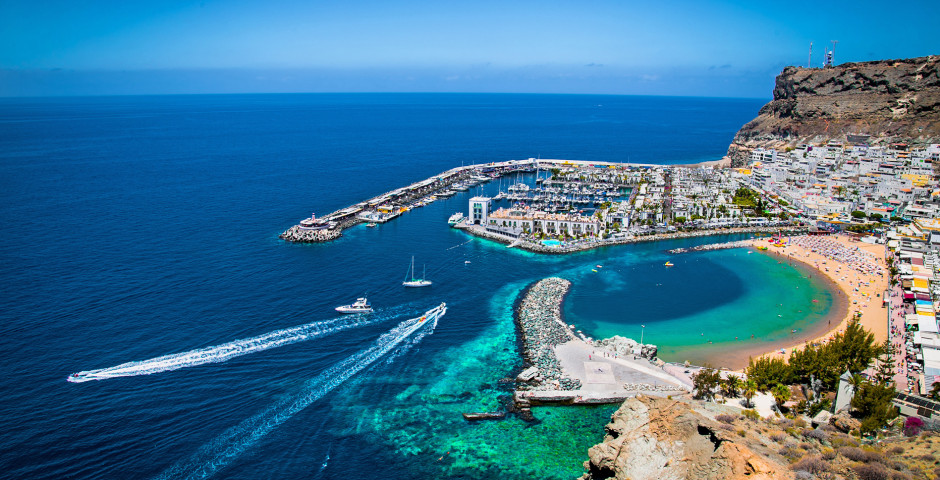 Blick auf den Hafen und den Sandstrand Playa de Mogan - Puerto de Mogan