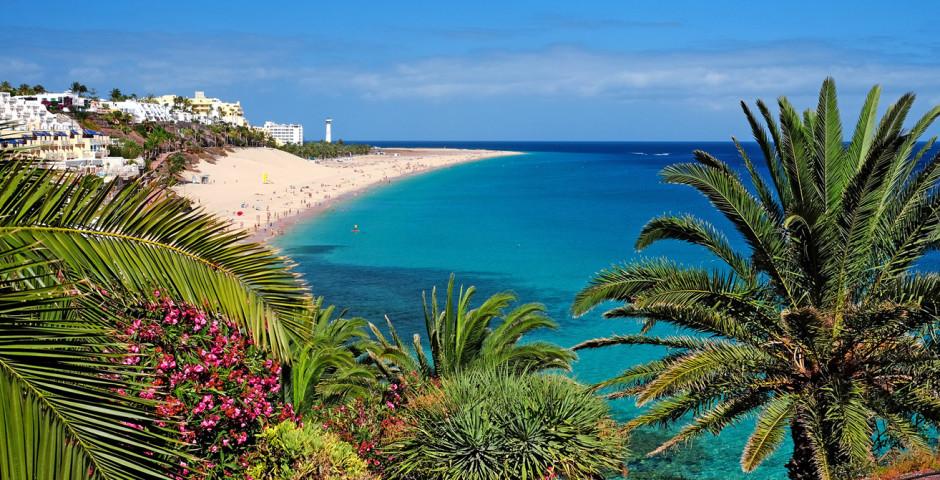 Panoramasicht auf den Strand von Morro Jable und Leuchtturm - Playa de Jandia