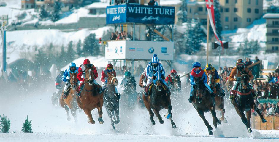 Courses des chevaux sur le lac gelé.