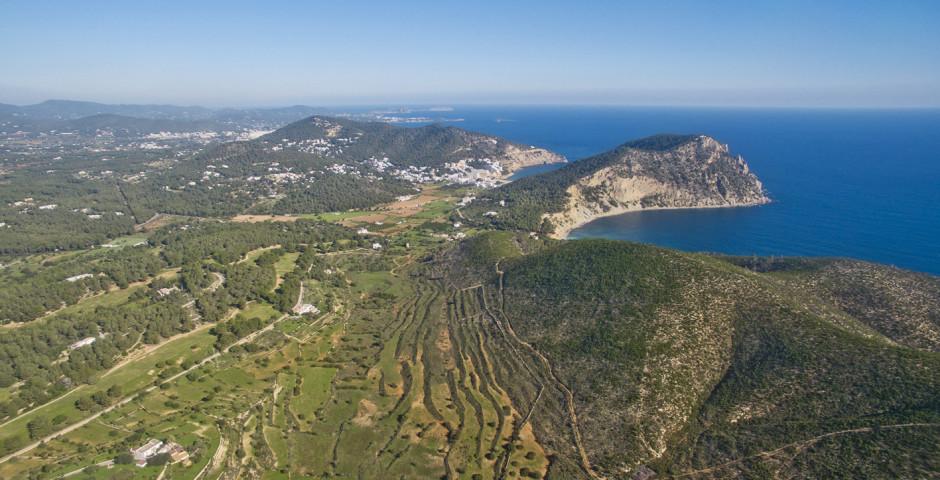 Panoramablick auf Ibizas Küste - Cala Llonga