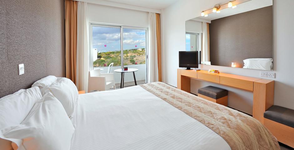 Doppelzimmer seitliche Meersicht - Napa Mermaid Hotel & Suites