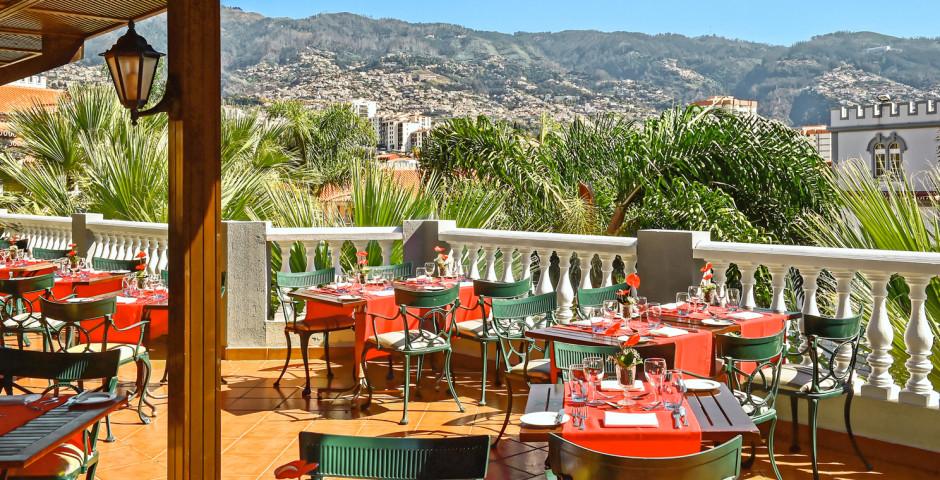 Restaurant mit Terrasse im Pestana Village mit Blick auf das Pestana Miramar - Pestana Village & Miramar Garden Resort