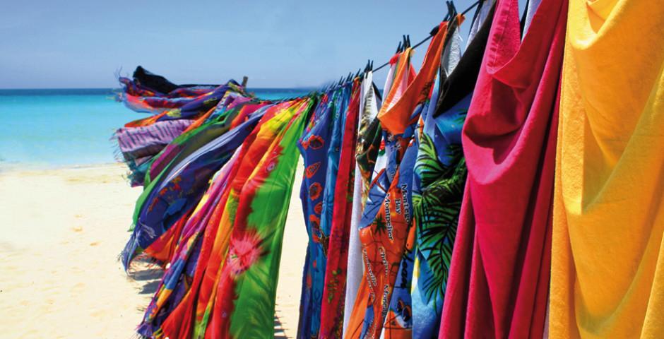 Bunte Tücher auf einer Wäscheleine - Jamaika