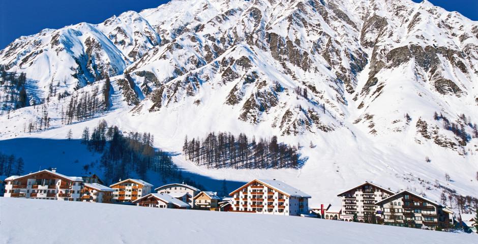 Schneebedeckte Häuser im tiefen Winter - Samnaun