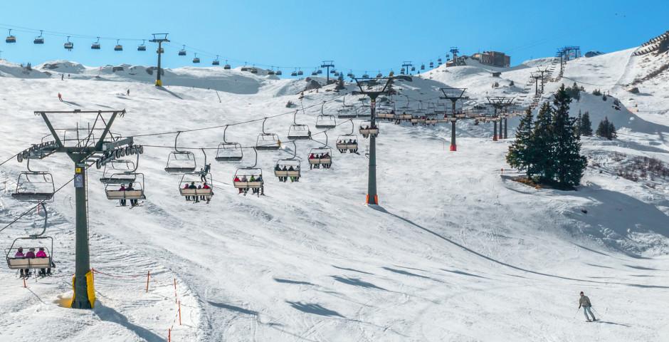 Präparierte Skipiste mit Skiliftanlage - Samnaun