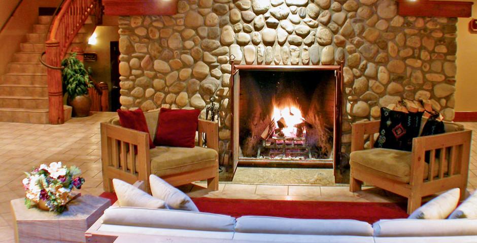 Lobby mit offenem Kamin - Banff Caribou Lodge & Spa