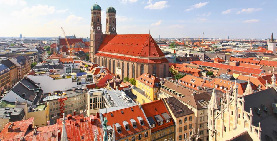 Blick auf Münchens Stadtzentrum mit der Frauenkirche - Oberbayern