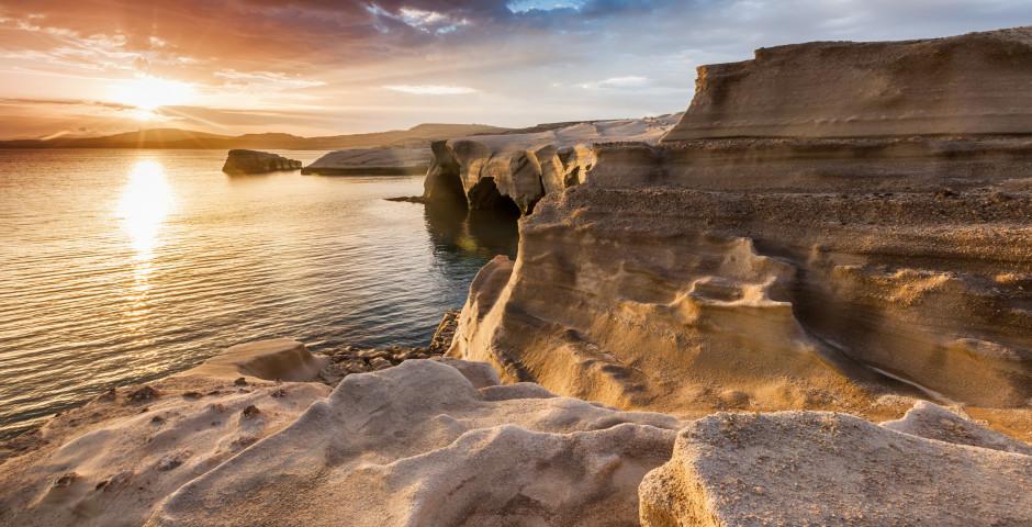 Côte de Milos au coucher du soleil - Milos