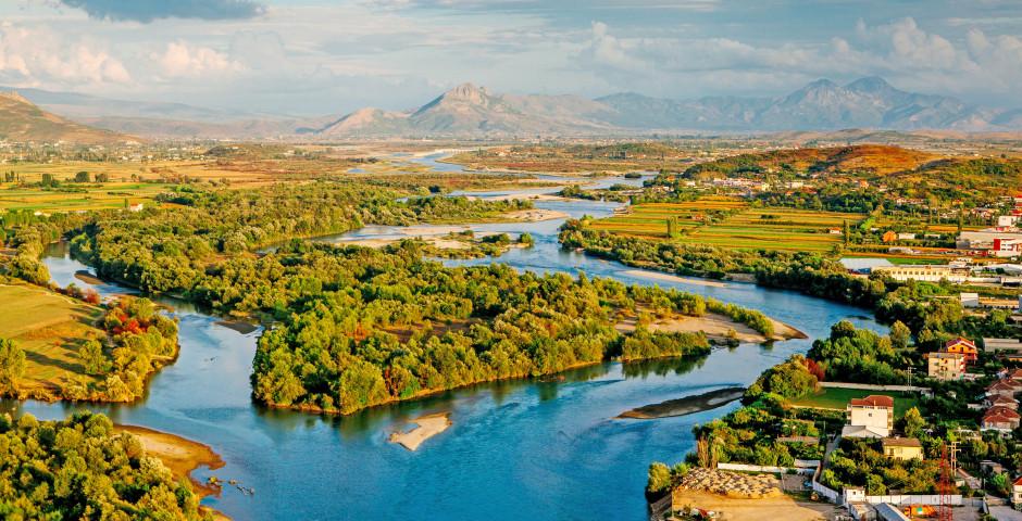 Paysage fluvial à travers l'Albanie