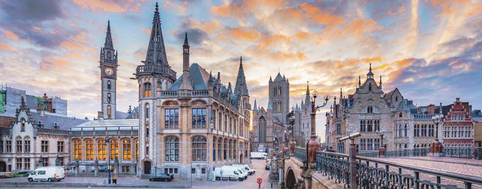 Pont Saint-Michel avec les trois tours de Gand en arrière-plan.