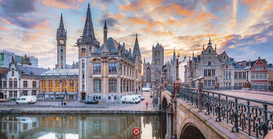 Le pont Saint-Michel avec les trois tours de Gand en arrière-plan.