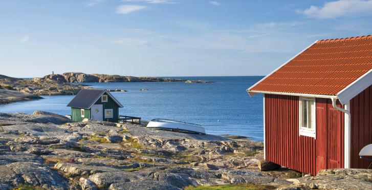 Typisches rotes Haus an der Küste, Schweden