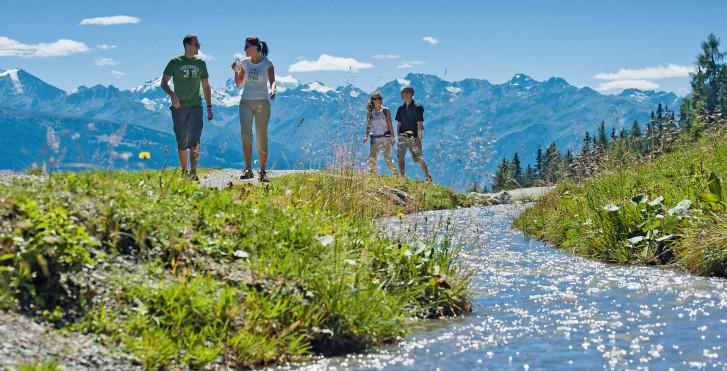Faire de la randonnée en bordure d'une rivière