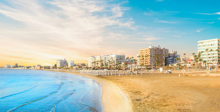 La belle plage de sable de Finikoudes