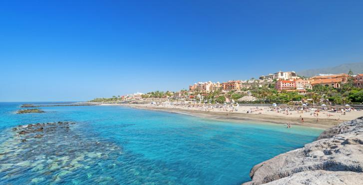 Panorama de rêve sur la plage de sable Playa del Duque à Costa Adeje