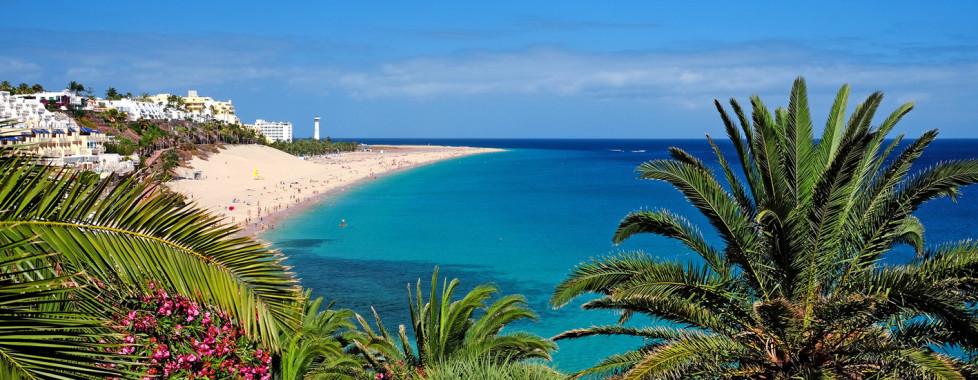 Panoramasicht auf den Strand von Morro Jable und Leuchtturm