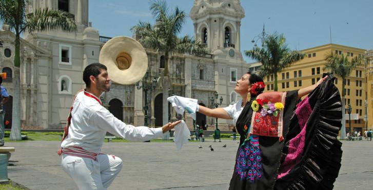 Marinera Tänzer vor der Kathedrale von Lima