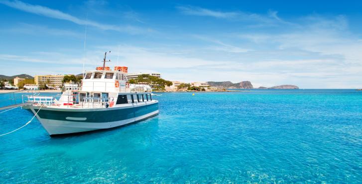Yacht près d'Es Cana