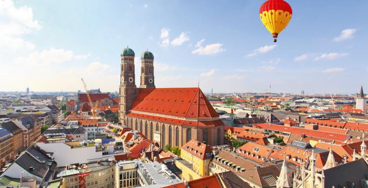 Blick auf Münchens Stadtzentrum mit der Frauenkirche