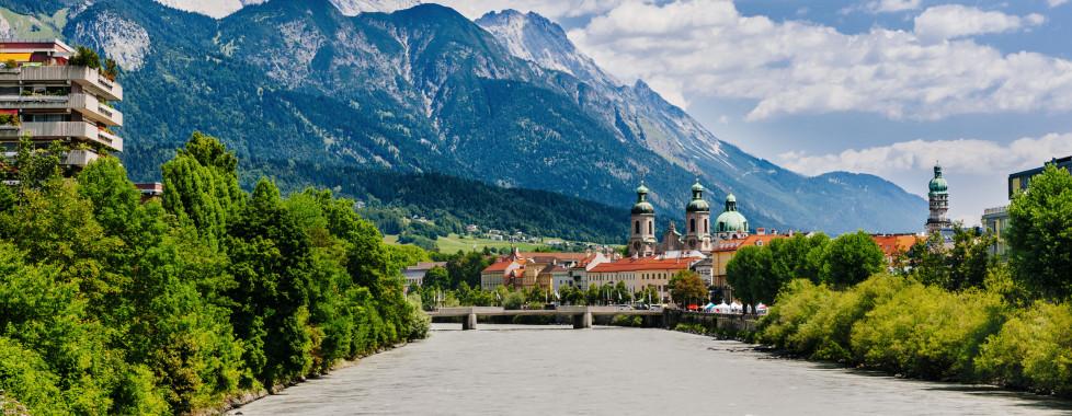 Belle vue sur Innsbruck des rives de l'Inn