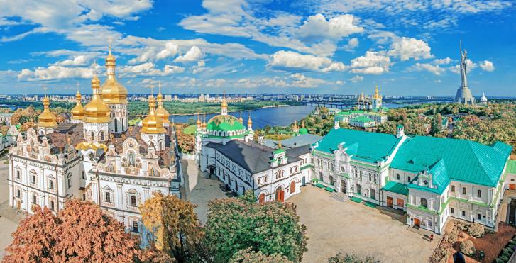 Vue sur le monastère troglodytique et la statue de la Mère-Patrie à Kiev