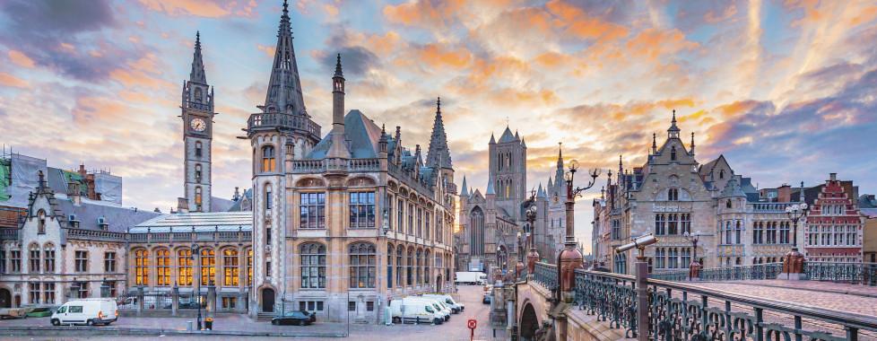 Blick über die St. Michaelsbrücke mit den 3 Türmen von Gent im Hintergrund