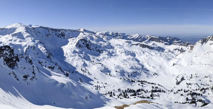Verschneite Berge der Glarner Alpen