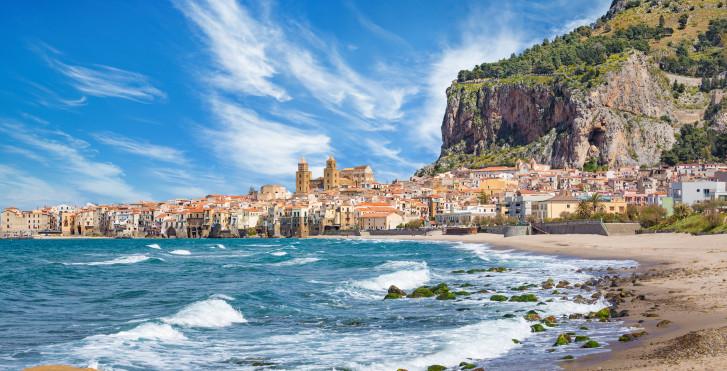 """Sicht auf die Stadt Cefalù und die """"Rocca"""""""