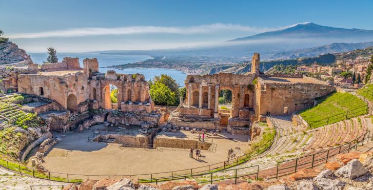 Théâtre gréco-romain de Taormina avec le volcan Etna en arrière-plan