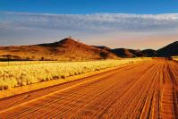 Schotterpiste in der Kalahari-Wüste