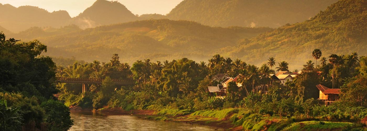 Kleines Dorf am Fluss in der Nähe von Luang Prabang