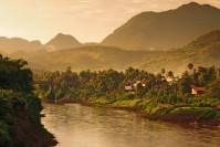 Kleines Dorf am Fluss in der Nähe von Luang Prabang, Laos