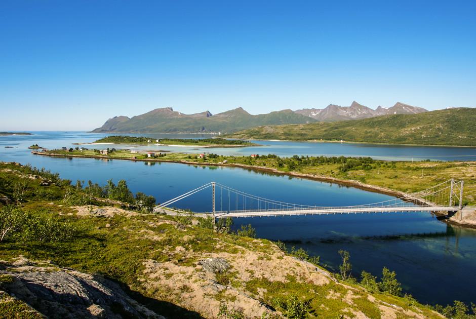 Eine Brücke verbindet 2 Inseln der Lofoten