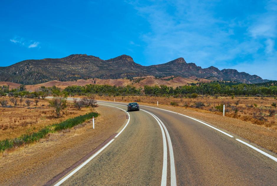 Strasse mit den Flinders Ranges im Hintergrund