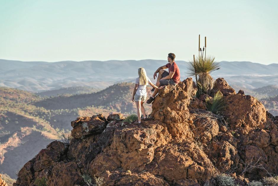 Paar auf dem Gipfel eines Berges innerhalb der Flinders Range