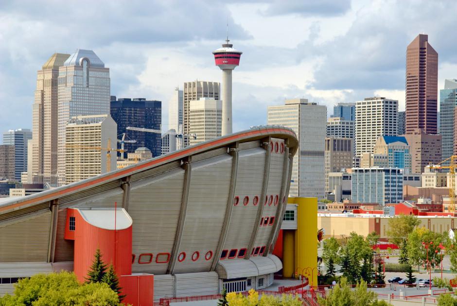 Stadion Saddledome mit dem Calgary Tower im Hintergrund
