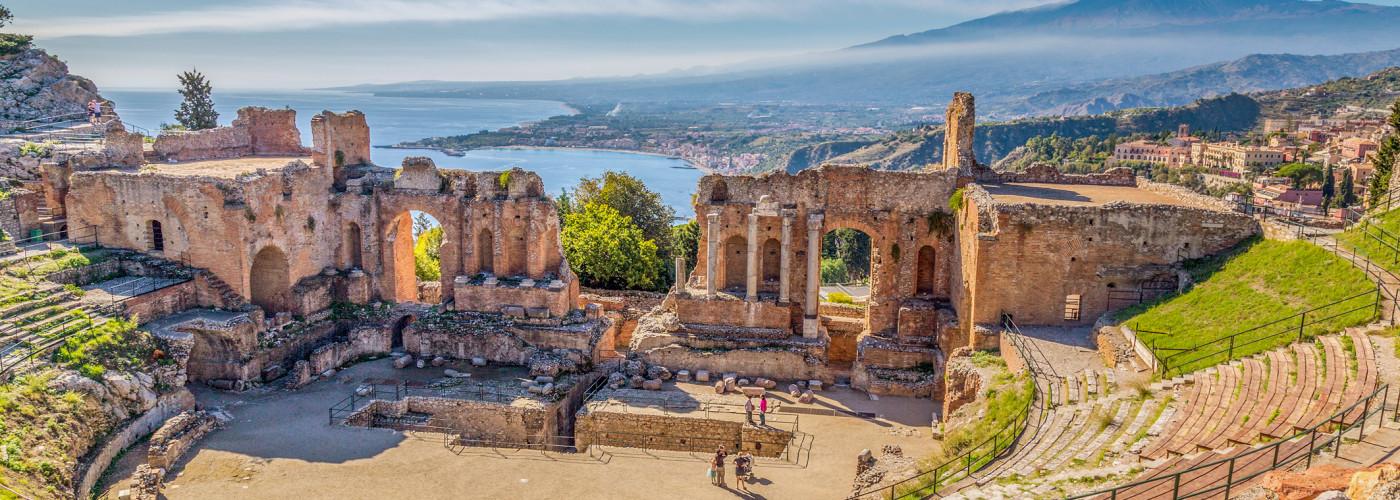 Griechisches Theater in Taormina mit dem Etna im Hintergrund
