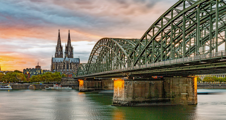 Hohenzollernbrücke über dem Rhein in Köln