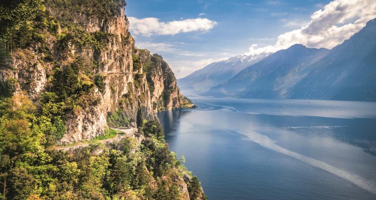 Strasse entlang des Lago di Garda