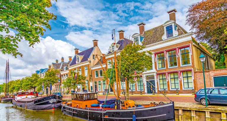 Typische Häuser in Amsterdam entlang der Grachten