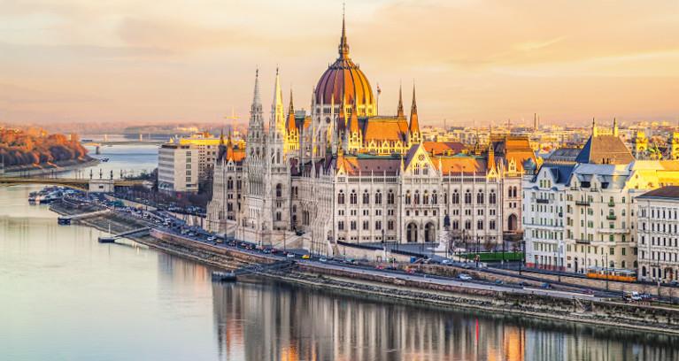 Aussicht auf das Parlamentsgebäude Budapests und die Donau